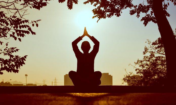 femme yoga coucher de soleil