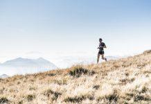 Homme pratiquant la course à pied en montagne