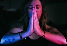 femme débutante en méditation