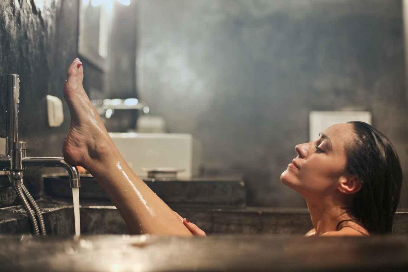 femme prenant un bain relaxant avant de se coucher