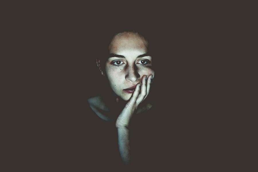 femme regardant son écran ordinateur tard dans la nuit