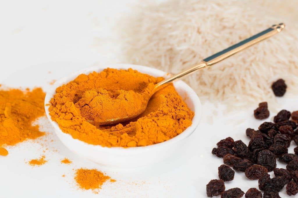 Curry en poudre dans un bol avec une cuillère