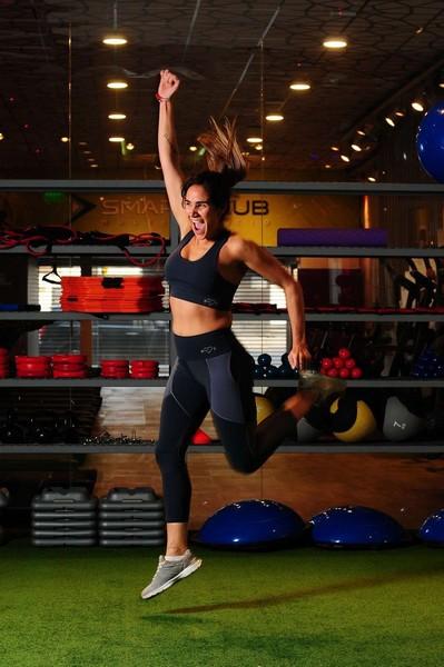 Femme adulte dans une salle de sport pratiquant le strong by zumba