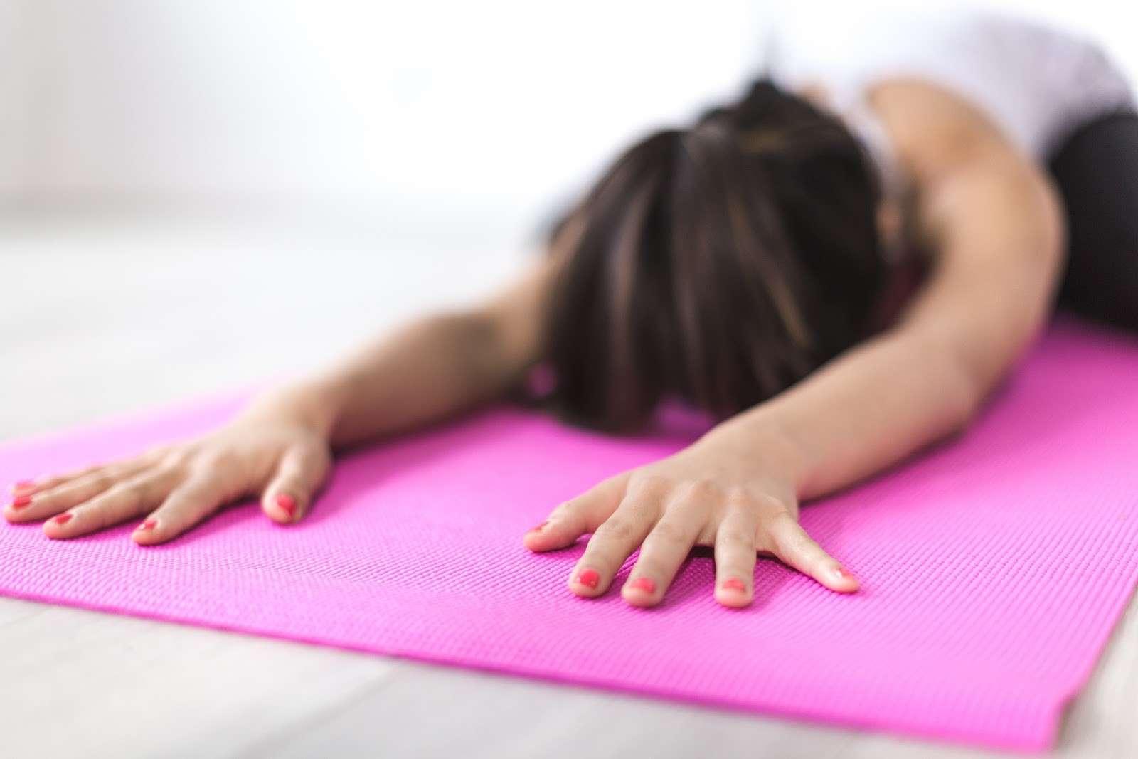 Femme pratiquant le tension off sur un tapis de sport