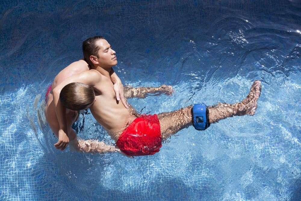 Hommes dans une piscine pour un cours de watsu