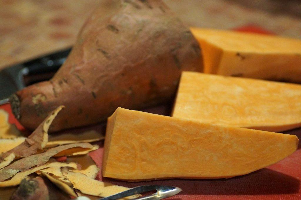 patates douces coupées et épluchées