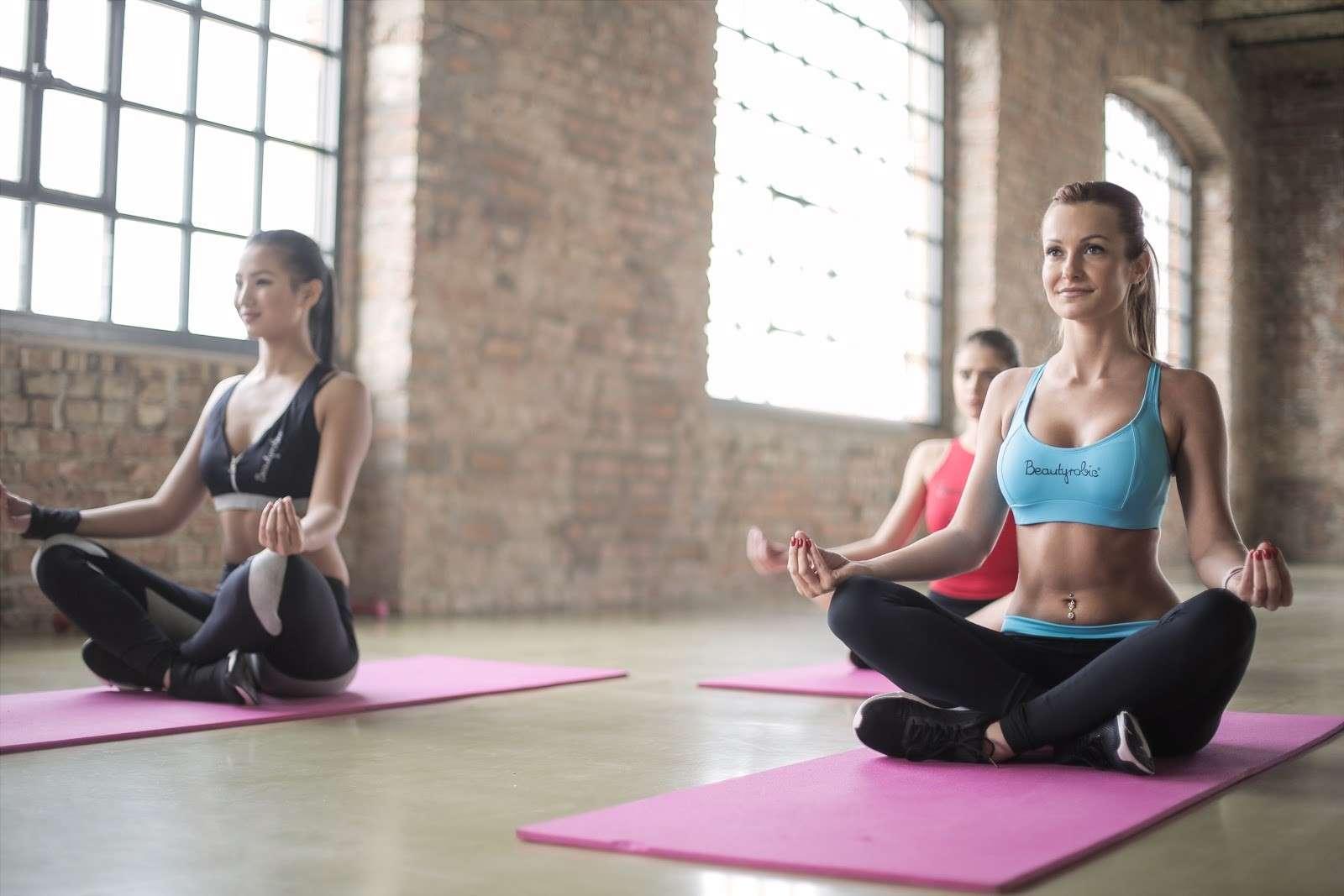 Femmes pratiquant le yoga ou le pilates