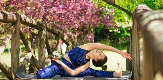 Femme faisant du yoga sur un pont en extérieur