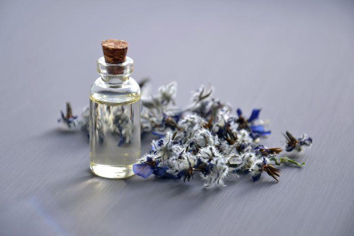 Flacon d'huile essentielle avec une fleur