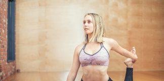 femme débutant le yoga