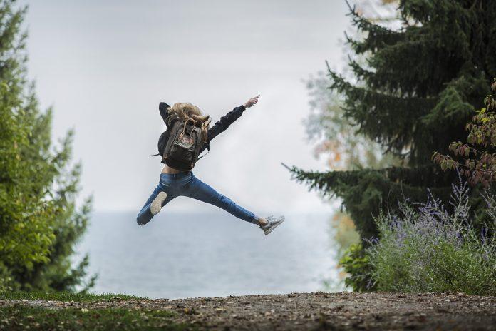 femme exprimant l'idée être heureux