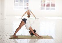 femme faisant du yoga dans une salle sur son tapis