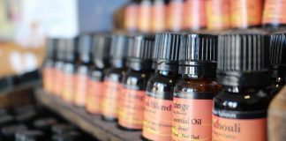 huiles essentielles sur présentoir