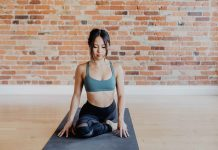 jeune femme faisant du yoga kundalini