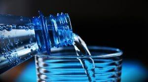eau versée dans un verre