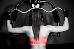 femme pratiquant de la musculation