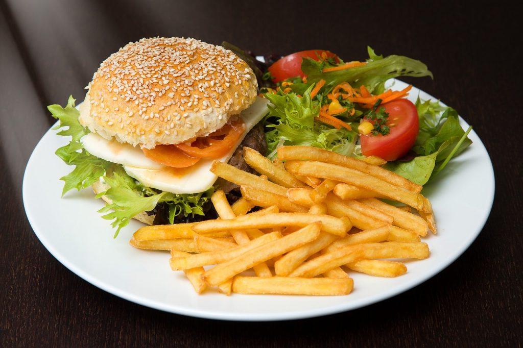 hamburger et frites fastfood