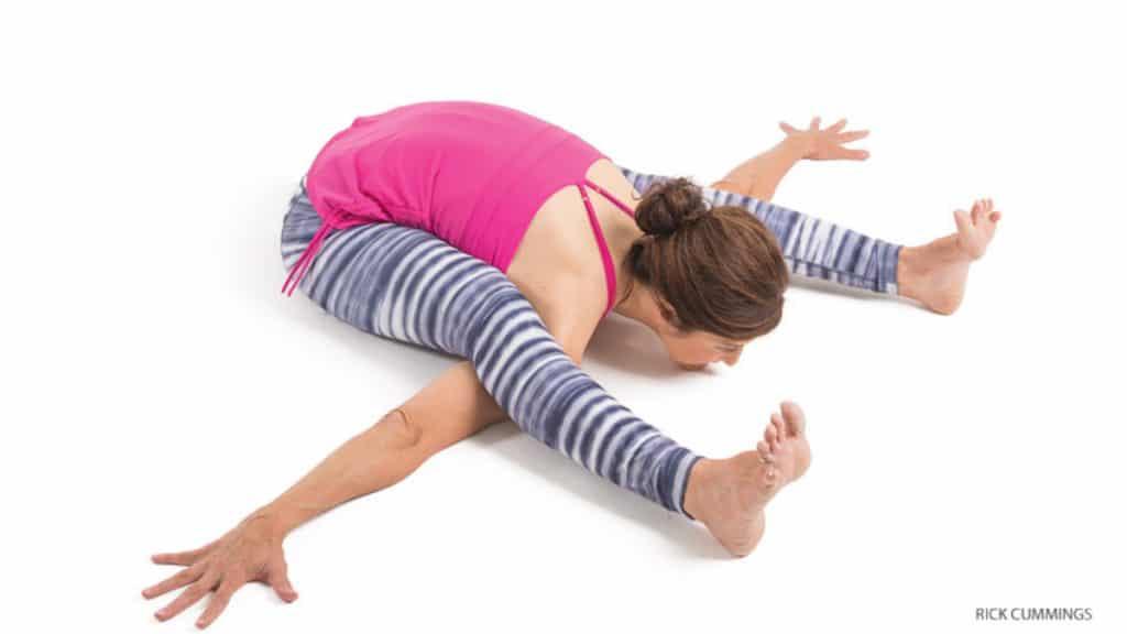 Femme faisant la posture de la tortue en yoga