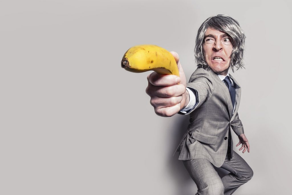 homme en costume avec une banane