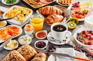 table avec petit déjeuner copieux