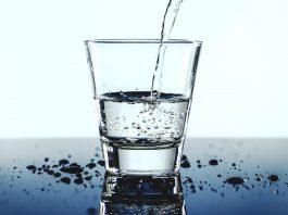 eau versée dans un verre sport hydratation