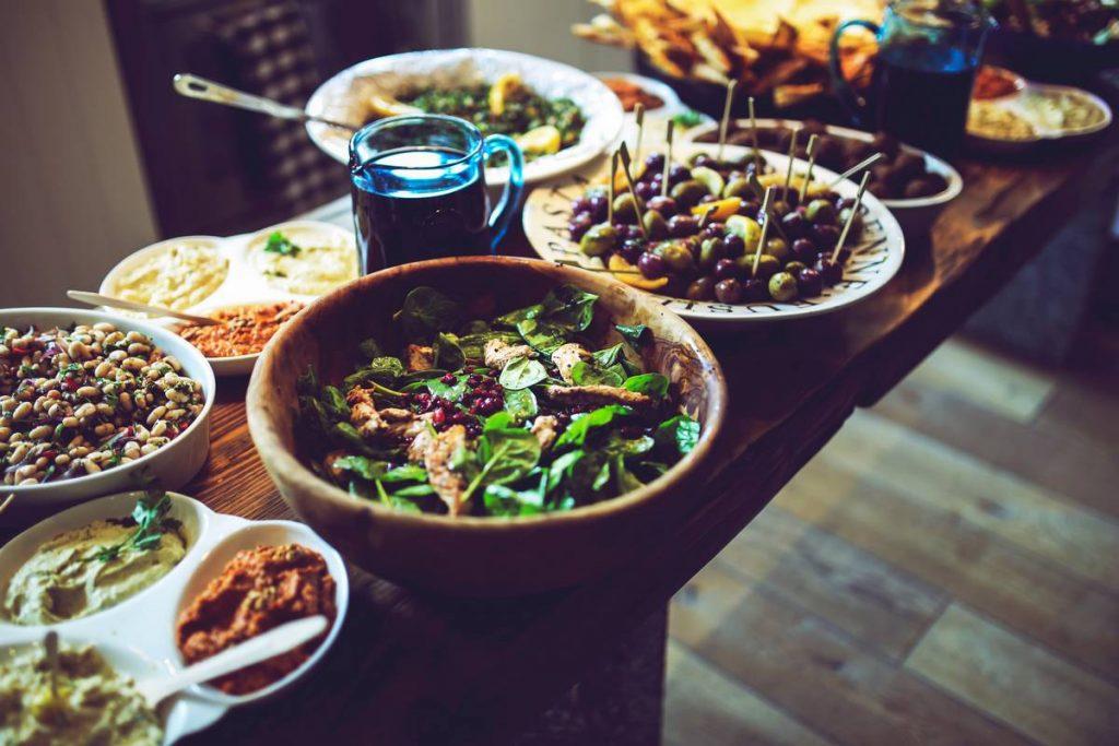 table avec saladiers