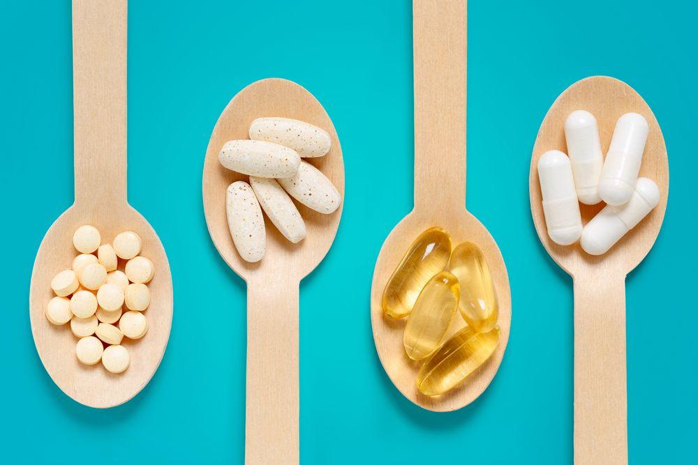 compléments alimentaires dans des cuillères en bois