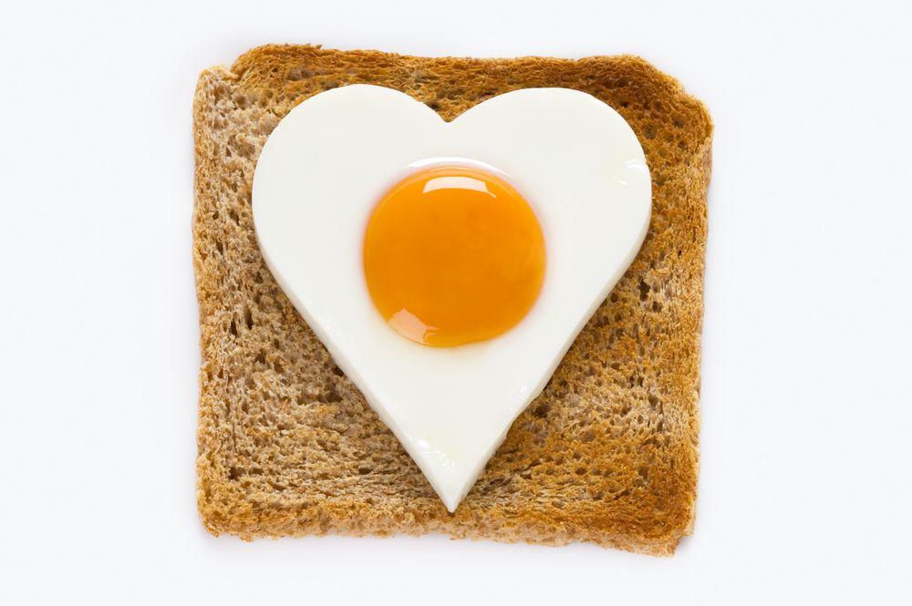 oeuf au plat en forme de coeur sur un toast