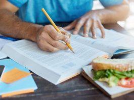 homme révisant nutrition