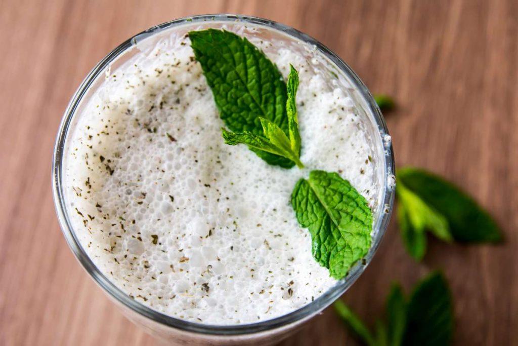 verre de kéfir avec feuilles de menthe
