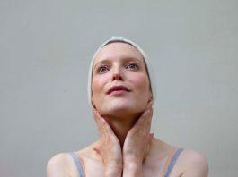 femme qui corrige le double menton avec le yoga du visage