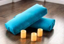 bolster de yoga avec bougies