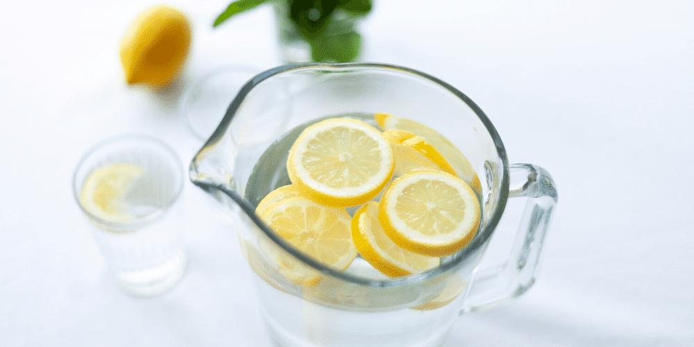 Pichet d'eau avec tranches de citron