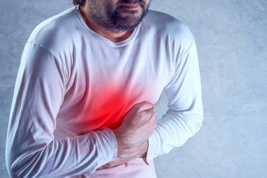 homme ayant des douleurs abdominales